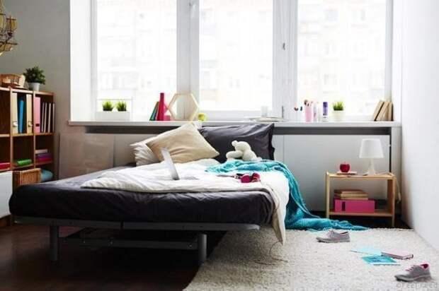 вещи разбросаны по спальне
