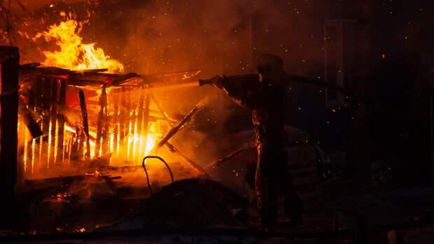 Двухэтажный жилой дом загорелся в Южно-Сахалинске