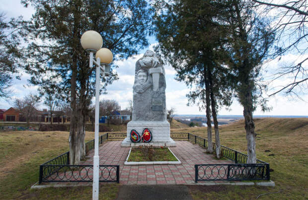 Памятник юному скрипачу, не сломленному фашистами. /Фото:berdysh.ru