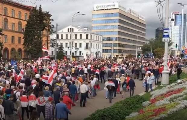 Силовики готовы к противостоянию: на улицы Минска вышла бронетехника