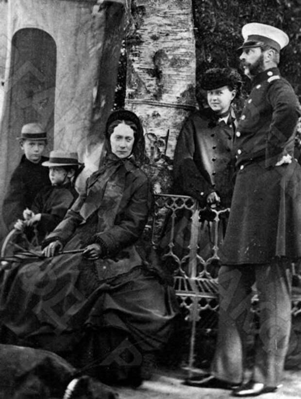 """Император Александр II с императрицей Марией Александровной и младшими детьми на прогулке, 1865 год. То есть, на момент, описанный в дневнике их сына в 1867 году эта пара вовсе не была брошенными старичками, но все равно требовала """"визитов"""""""