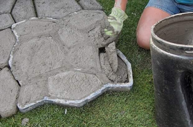 Идеи бюджетного обустройства участка: трафарет, цемент и немного фантазии