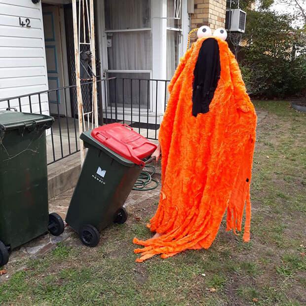 Новый флешмоб – к мусорке в костюме для карнавала