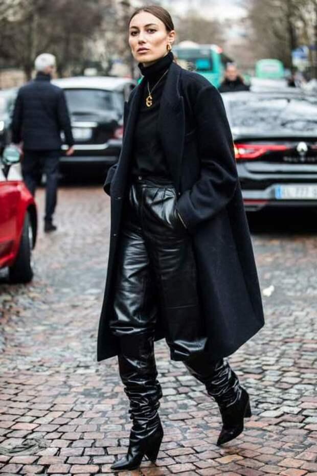 Total black look смотрится особенно эффектно благодаря сочетанию разных фактур: кожи и текстиля. /Фото: cache.net-a-porter.com