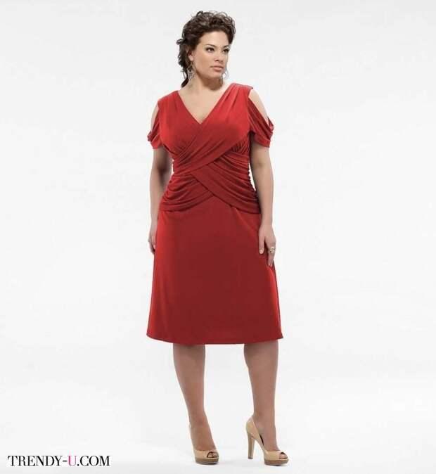 Коктейльное платье с драпировкой красного цвета