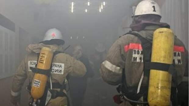 Сотрудники МЧС ликвидировали пожар на складе с пиротехникой в Москве