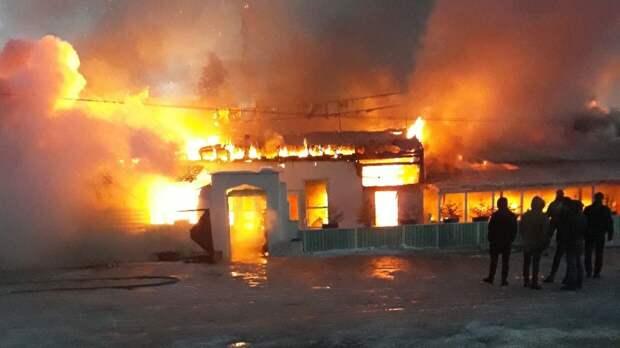 Главу сгоревшей омской деревни обвинили в халатности