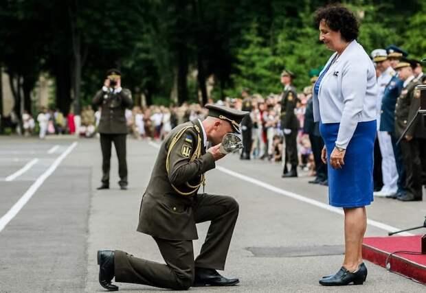 Украинский офицер встал на колени перед послицей Великобритании