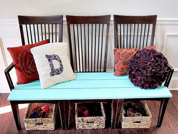 Из стульев можно сделать удобную скамейку для веранды. / Фото: samodelkinoblog.com