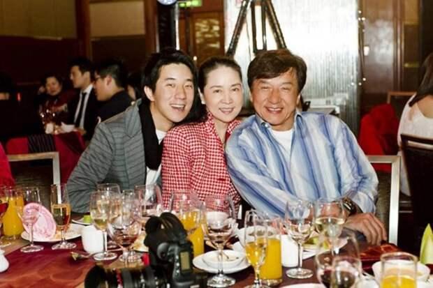Джеки Чан с женой и сыном. / Фото: www.kienthuc.net.vn