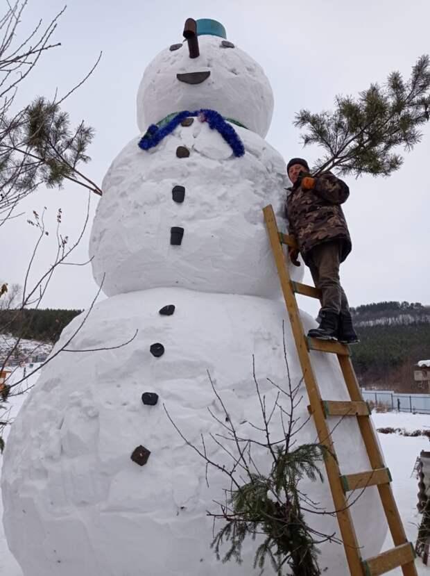 В Татарстане появился шестиметровый снеговик
