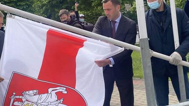 У рижской гостиницы флаг Белоруссии поменяли на бело-красно-белый