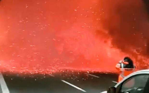 Красиво и страшно: стена огня на выезде из туннеля