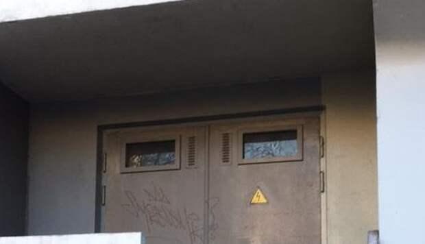 С фасада дома в проезде Шокальского удалили вандальные надписи