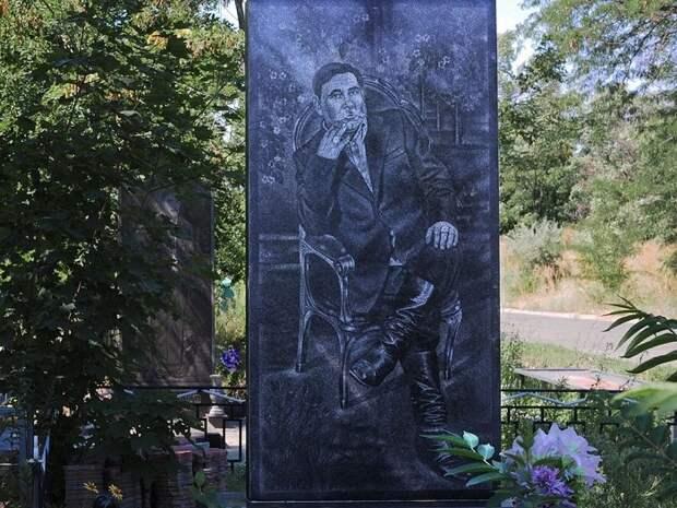 Надгробье на Широкореченском «бандитском» кладбище. | Фото: amusingplanet.com.
