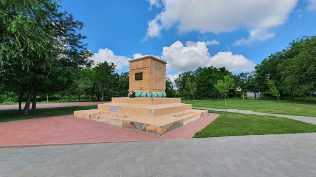 Внешне этот памятник в Волгограде выглядит достойно, но при ближайшем рассмотрении оказывается все совсем не так