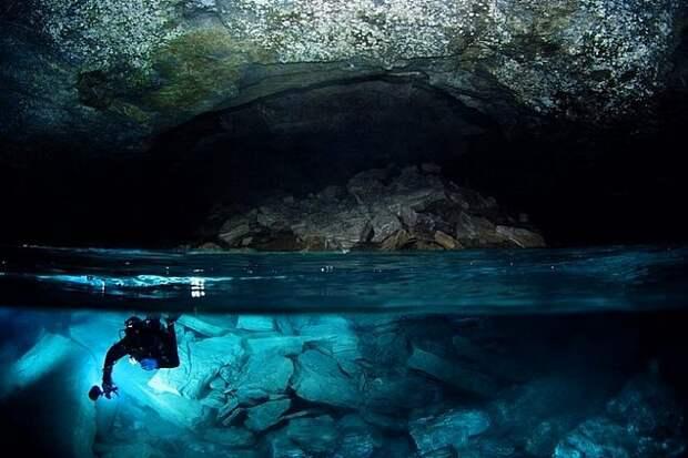 14. Ординская пещера, Пермский край Ординская пещера расположена на юго-западной окраине села Орда Пермского края на левом берегу реки Кунгур. Состоит из «сухой» и подводной части. Длина сухой части составляет 300 метров, подводной — 4600 метров. На сегодняшний день Ординская пещера является самой длинной обводненной пещерой России. Пещера занимает 21-е место среди самых длинных гипсовых пещер мира.