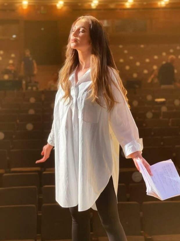 «Совсем зрителя не уважают!»: Молочников, Летучая, Муцениеце высмеяли назначение Бузовой во МХАТе