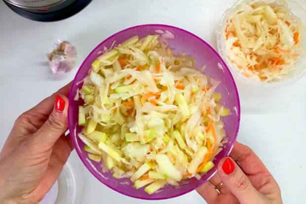 Фото к рецепту: Салат с квашеной капустой