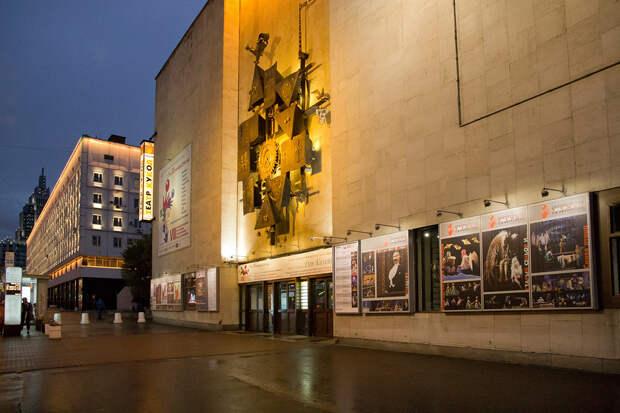 Неизвестный подорвал взрывпакет у театра в центре Москвы