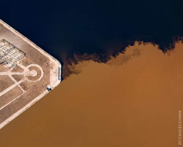 «Кофе со сливками»: слияние Оки и Волги показали с 500-метровой высоты