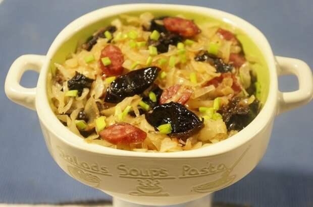 Фото к рецепту: Бигос с квашеной капустой, колбасой и черносливом