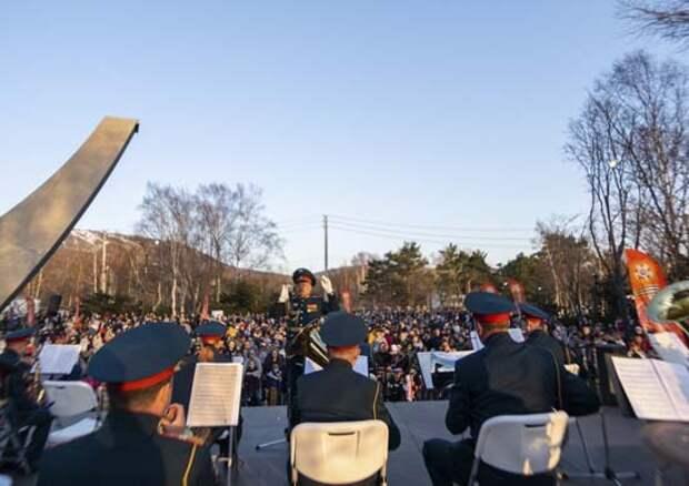 Военный оркестр Южно-Сахалинского гарнизона  ВВО выступил на торжественном открытии музыкального фонтана в Южно-Сахалинске