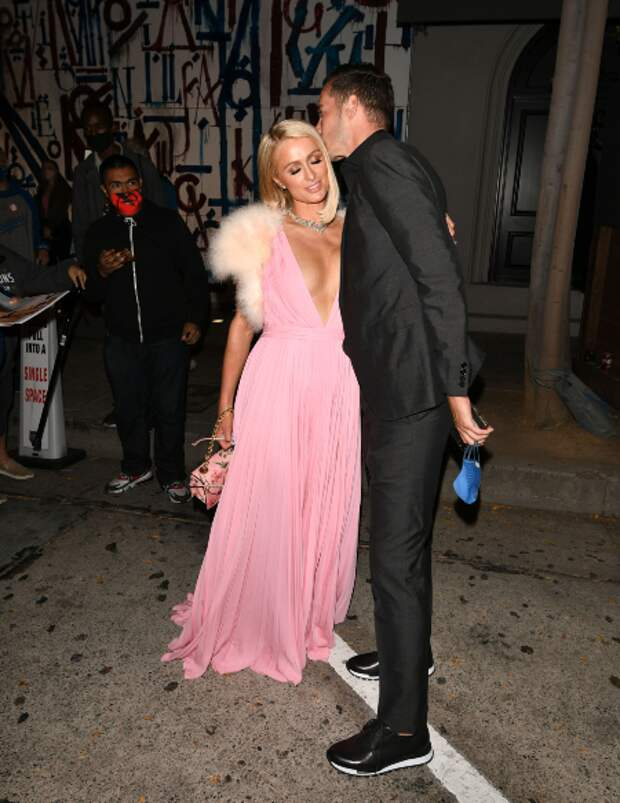В любимом цвете: Пэрис Хилтон сходила на свидание с женихом Картером Реумом в Лос-Анджелесе