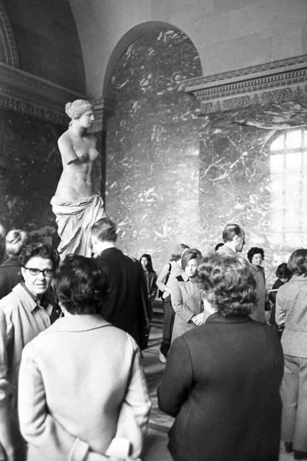 Посетители у скульптуры «Венера Милосская» в Лувре. 1970 г.
