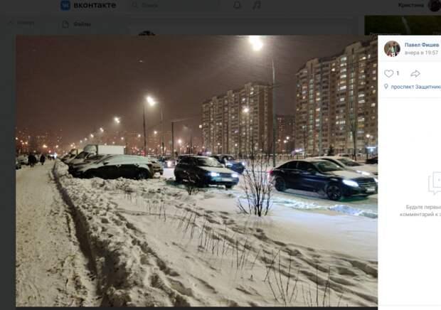 Автолихач задел две машины на проспекте Защитников Москвы и скрылся