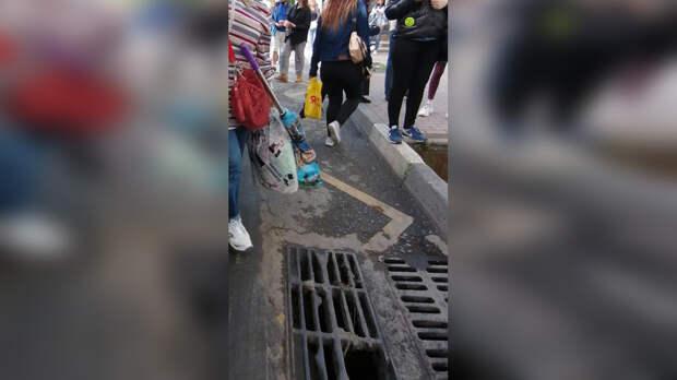 Жители Ростова-на-Дону начали проваливаться вливневки вцентре города