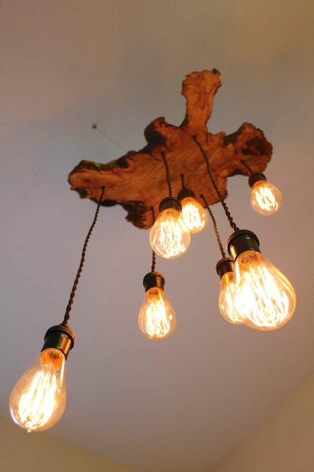 Преобразить комнату возможно с помощью оригинальной деревянной люстры.