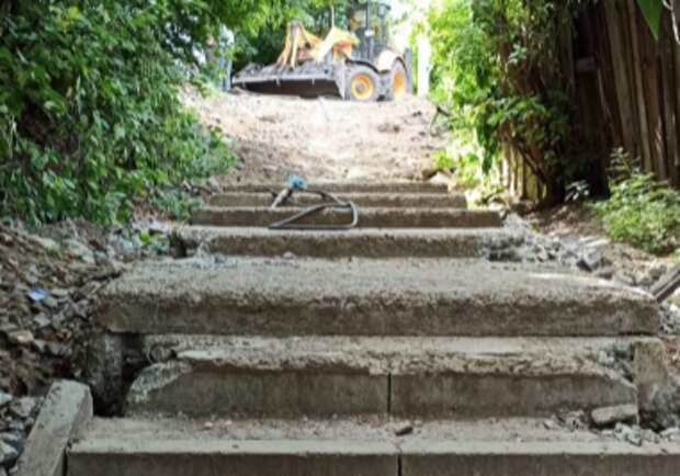 Подрядчик начал ремонт лестницы на улице Заливной
