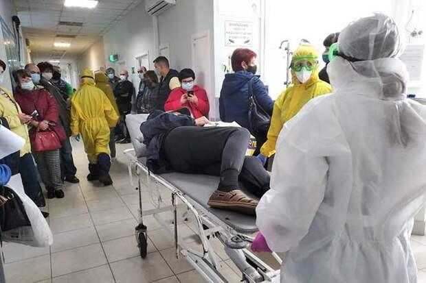 пациент на носилках в больнице
