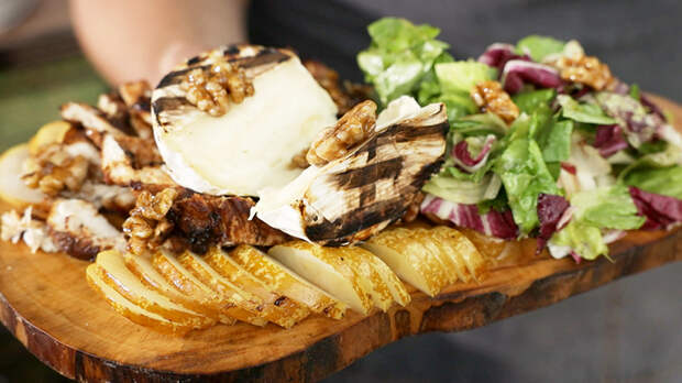 Гриль-салат из курицы с грушей