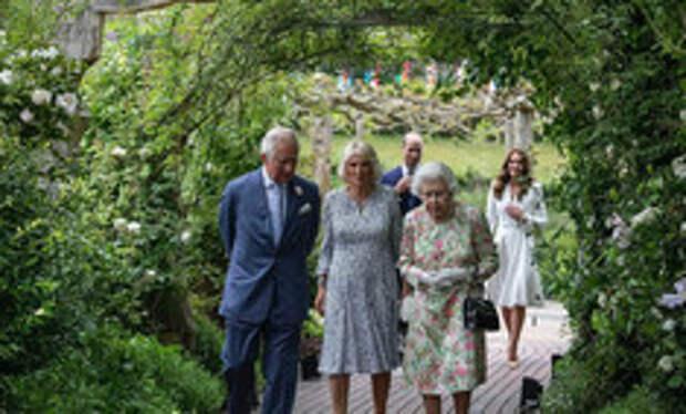 Дамы в цвету: Елизавета II, Кейт и Камилла красиво вышли в свет