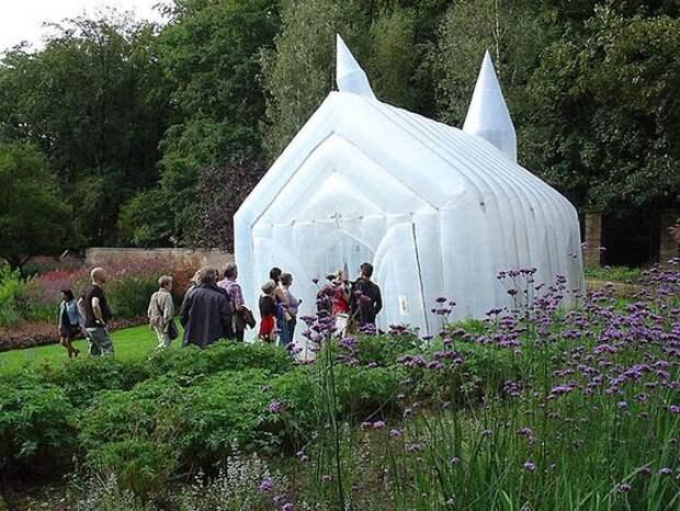 В Голландии создали необычную надувную церковь