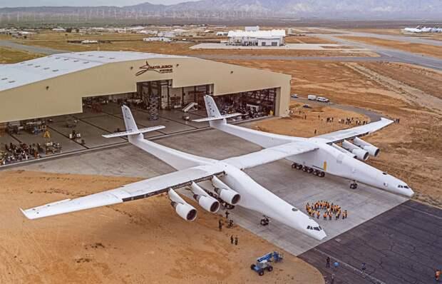 Самый большой самолет Stratolaunch прошел испытания на взлетной полосе