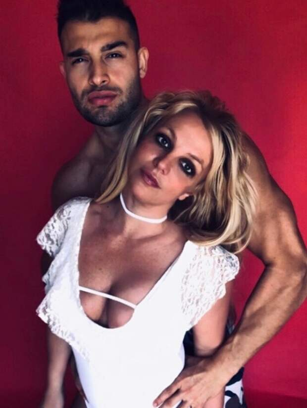 Бритни с бойфрендом Сэмом Асгари, 2020-й год
