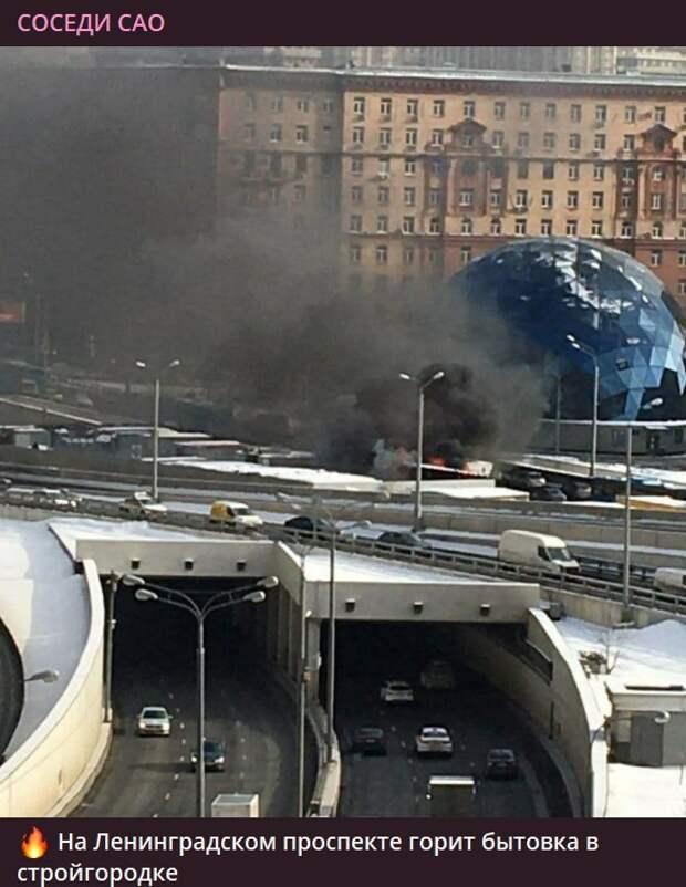 Две бытовки сгорели на Ленинградке