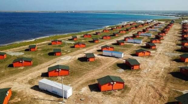 Это не лагерь беженцев в Европе. Это отдых в Крыму. 4000 рублей за ночь в бараке