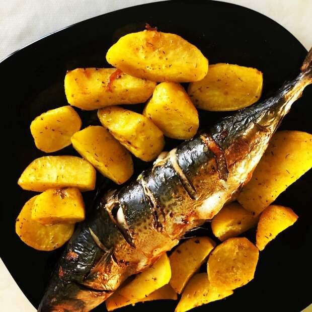 Сельдь и скумбрия, жаренные на решетке, с печеным картофелем