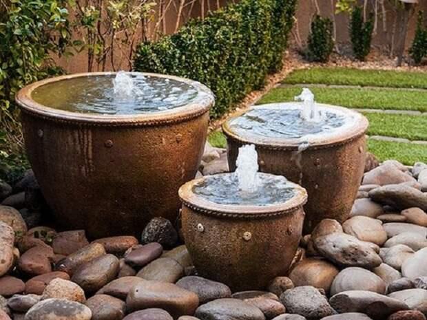 Несколько небольших фонтанов вас порадуют.