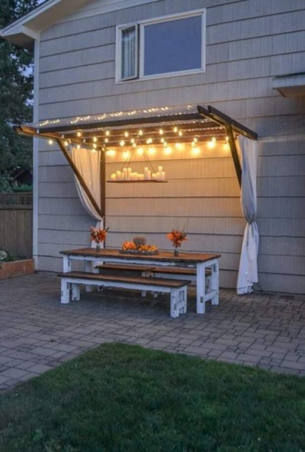 Небольшой навес возле дома поможет спрятаться от жары и организовать романтический ужин.