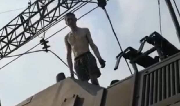29-летний екатеринбуржец забрался навагон электропоезда иполучил удар током