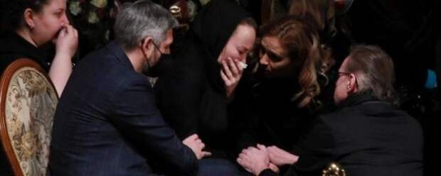 Вдова Грачевского на похоронах в слезах призналась режиссеру в любви