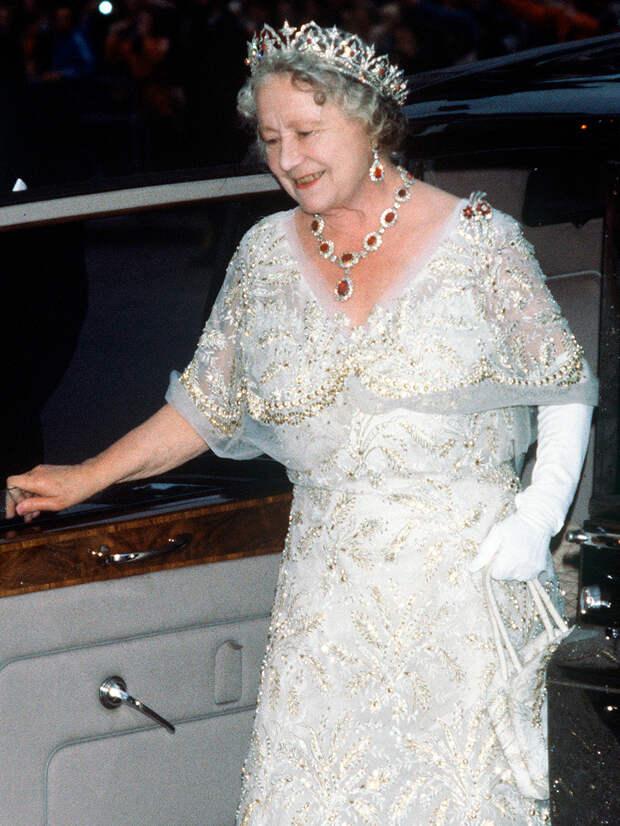 Королевские бриллианты: во сколько оценивается самое дорогое украшение королевы Елизаветы II