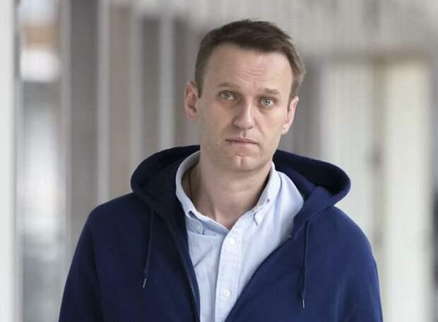 Вместе с Навальным в самолете летела мутная дамочка