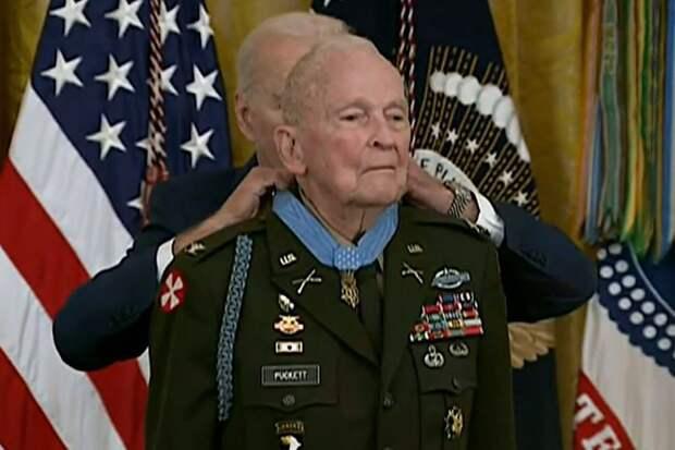 Ветеран получил медаль за подвиги на войне через 70 лет после их совершения