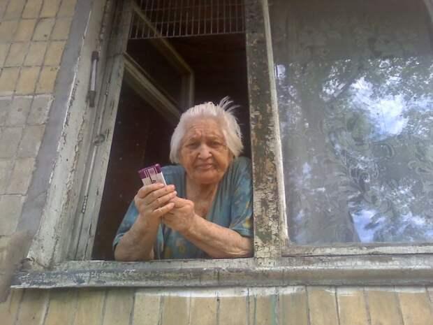 Картинки по запросу бабушка в окне